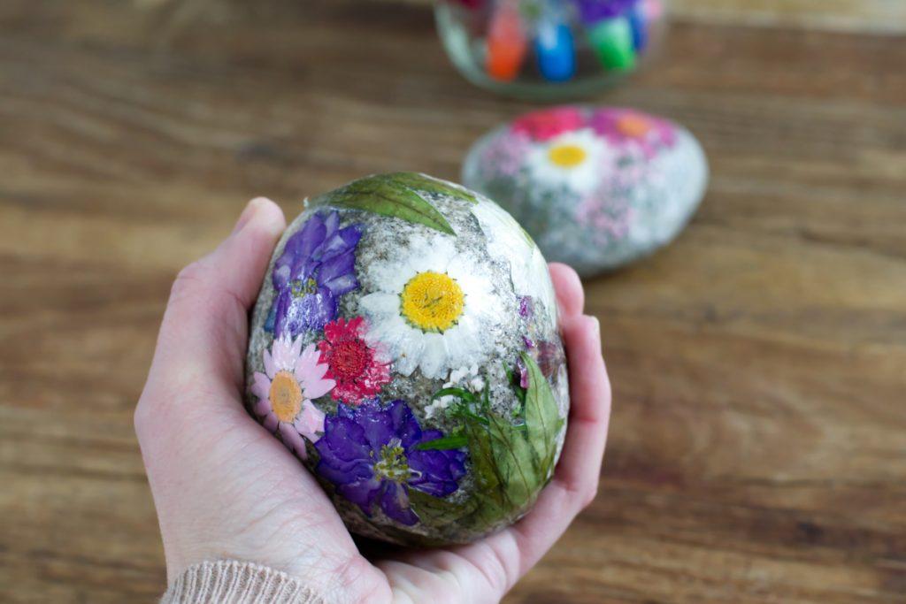 DIY Osterdeko und Geschenke mit Trockenblumen - Basteln für Ostern mit Kindern