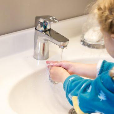 """Kinder fürs Händewaschen begeistern und Kinderbuch-Tipp """"Von Viren und Menschen"""""""